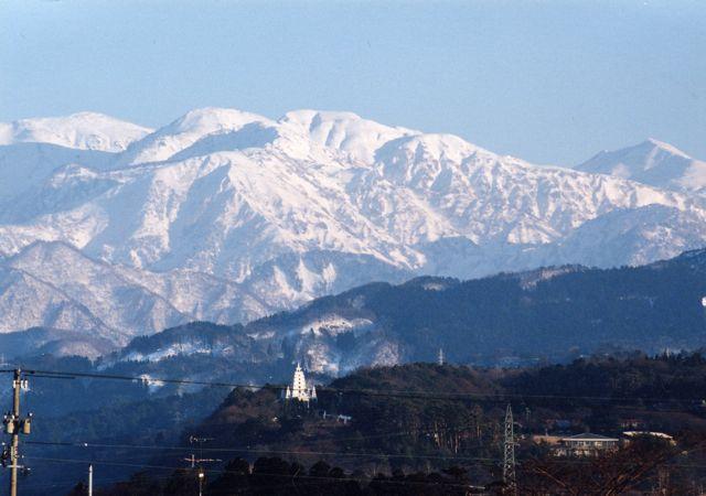 白馬連山と仏舎利塔m